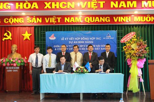 Ông Đặng Anh Tú, Tổng giám đốc của Sài Gòn 5 và ông Nguyễn Khánh Hưng, Phó tổng giám đốc Đất Xanh tại buổi lễ ký kết hợp tác đầu tư dự án Bình Đăng.