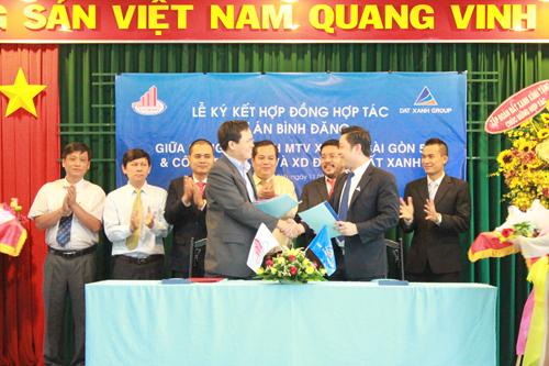 Ông Nguyễn khánh Hưng đại diện Đất Xanh ký kết căn hộ Bình Đăng